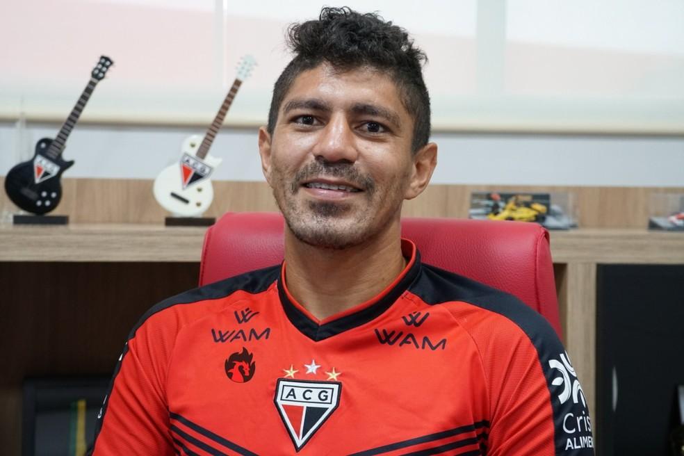 Edson, meia do Atlético-GO.
