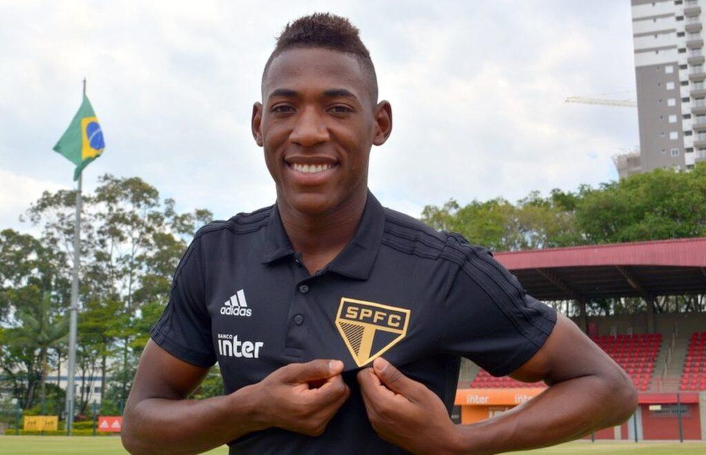 Léo, lateral do São Paulo.