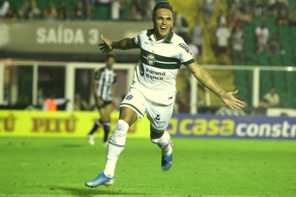 Robson, atacante do Coritiba.